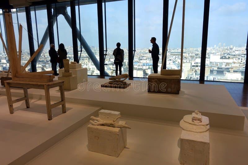 Toeristen in het Center Pompidou Museum in Parijs, Frankrijk stock afbeeldingen