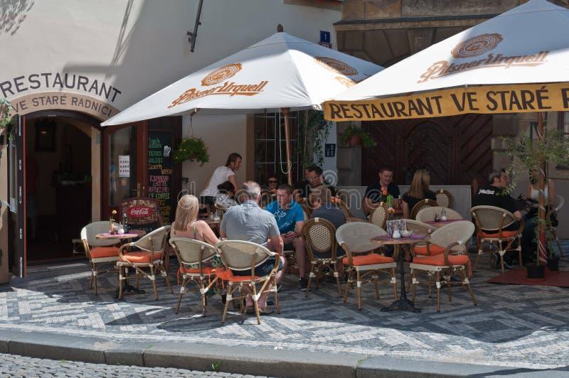 Toeristen in het restaurant royalty-vrije stock fotografie