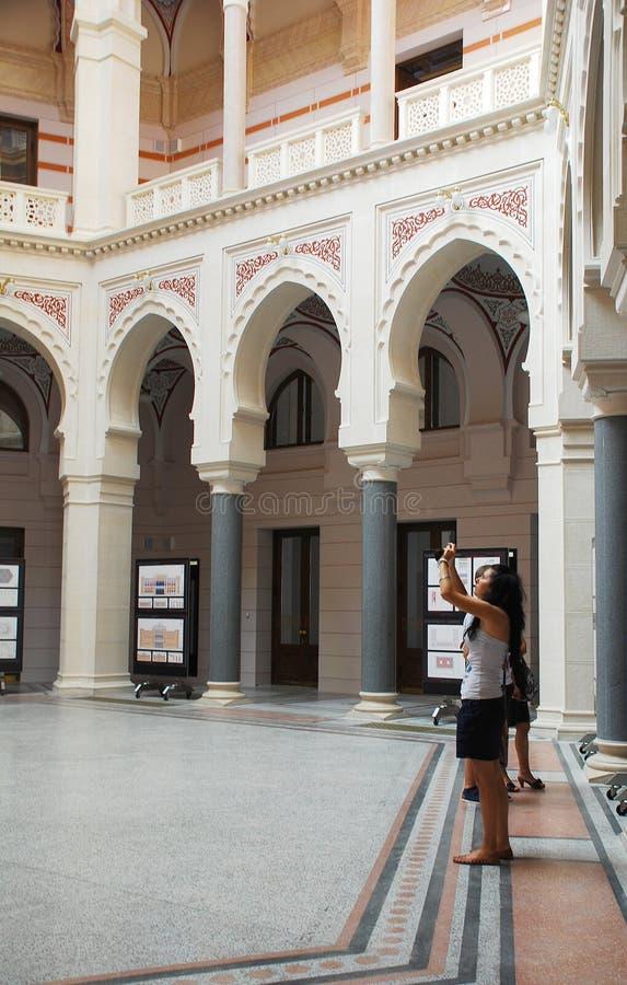 Toeristen in het Stadhuis van Sarajevo royalty-vrije stock foto's