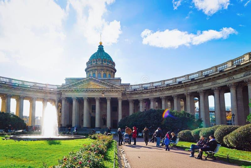 Toeristen in het vierkant bij Kazan Kathedraal in St. Petersburg, in Rusland royalty-vrije stock afbeeldingen