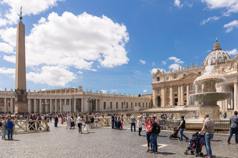 Toeristen in het Vierkant van Heilige Peter, de Stad van Vatikaan royalty-vrije stock foto's