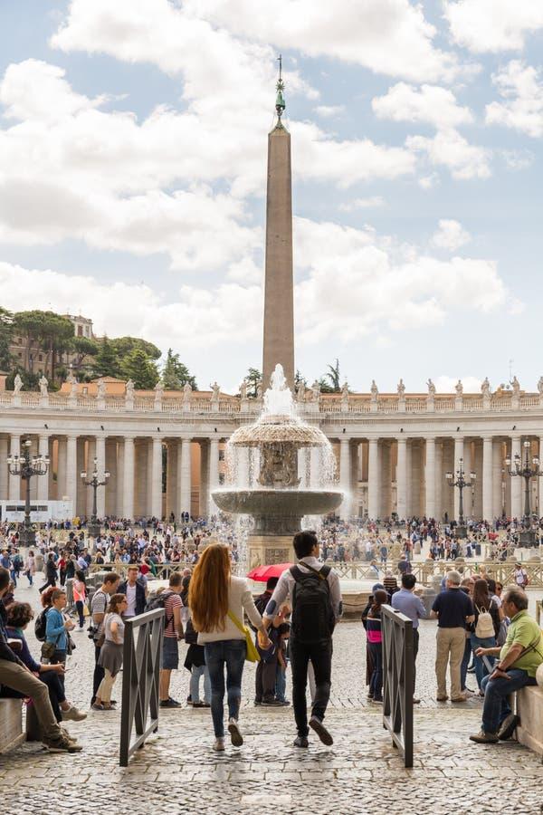 Toeristen in het Vierkant van Heilige Peter, de Stad van Vatikaan stock afbeeldingen
