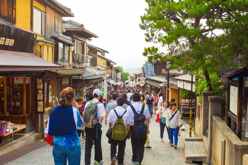 Toeristen het Winkelen Straat matsubara-Dori Kyoto stock foto
