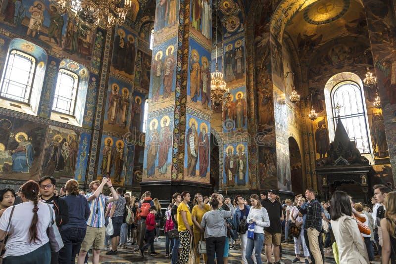 Toeristen in Kerk van de Verlosser op bloed in St. Petersburg royalty-vrije stock fotografie