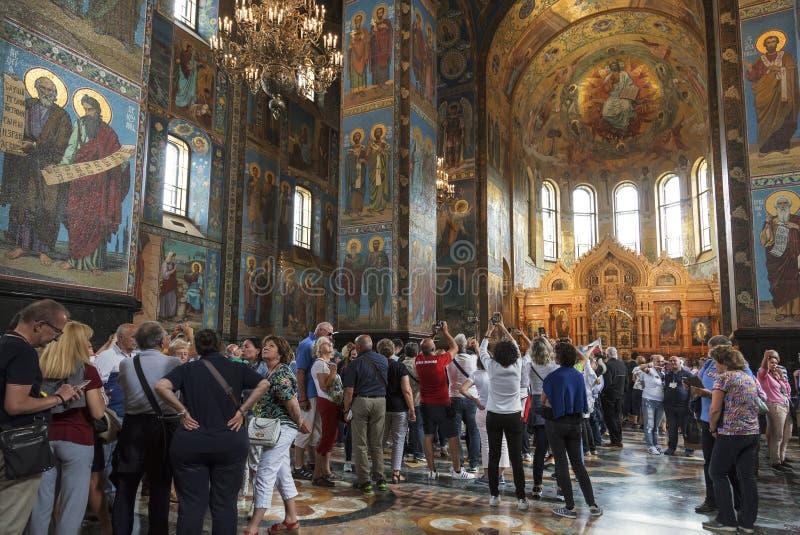 Toeristen in Kerk van de Verlosser op bloed in St. Petersburg stock afbeelding