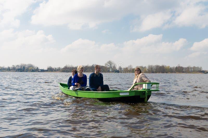 Toeristen in kleine boot stock foto's