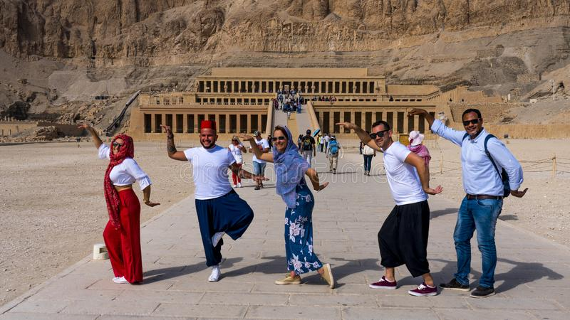 Toeristen lopen als een Egyptenaar in de Mortuary Temple of Hatshepsut Valley of the Kings stock fotografie