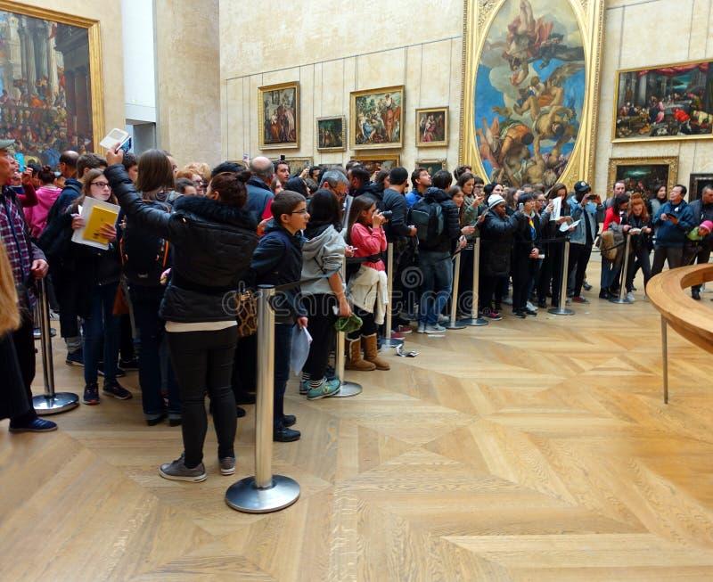 Toeristen in Louvre proberen de Mona Lisa te fotograferen royalty-vrije stock foto
