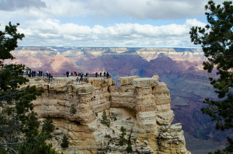 Toeristen in Mather Point, Grand Canyon stock foto