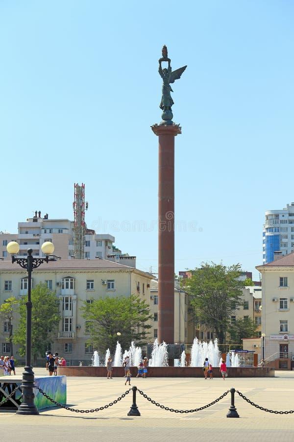 Toeristen met kinderen dichtbij Stele en de fontein overzeese glorie van Rusland op de stadsdijk in Novorossiysk stock afbeelding