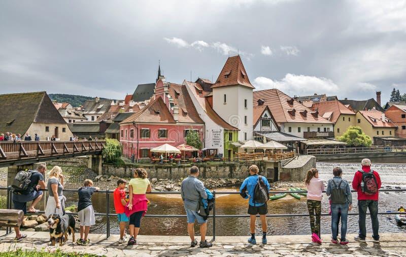 Toeristen in middeleeuwse stad van Cesky Krumlov, Tsjechische Republiek stock afbeeldingen