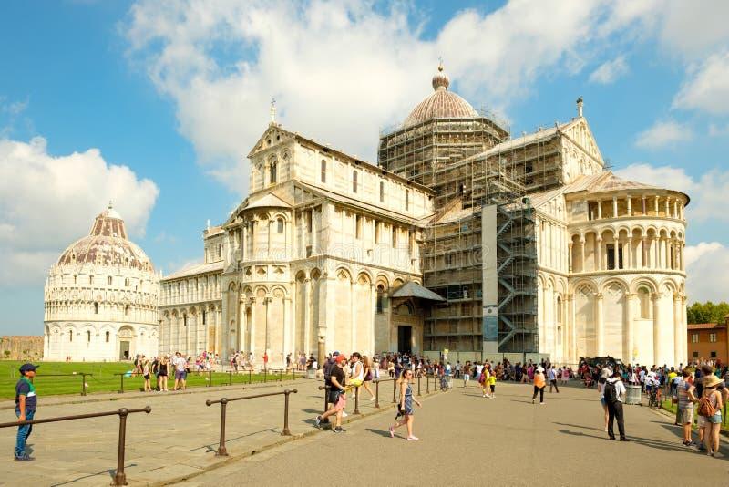 Toeristen naast de Kathedraal in Piazza del Duomo in Pisa, Italië royalty-vrije stock afbeelding