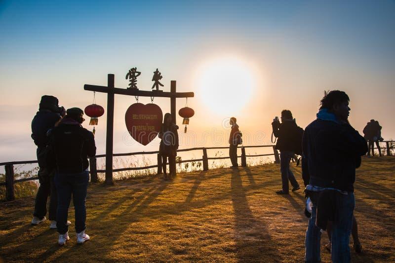 Toeristen nemen een foto van Yun-lai en genieten van het standpunt van het district Pai, Mae Hong Son, Thailand stock afbeeldingen
