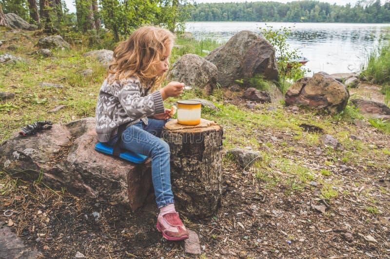 Toeristen onbeweeglijk voedsel, lunch in het hout, op de achtergrond van t stock foto's