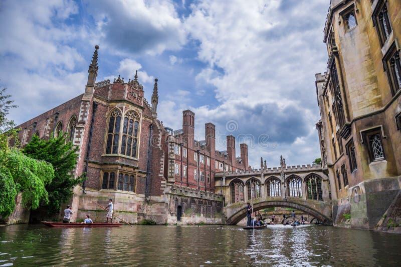 Toeristen onder Brug van Sighs bij de Universiteit van Heilige John ` s Genoemd voor een beroemd oriëntatiepunt van Venetië, beha royalty-vrije stock foto
