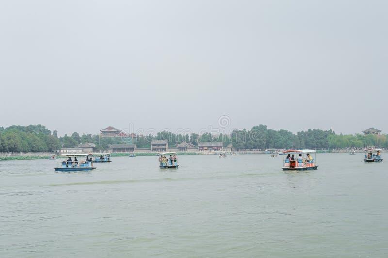 Toeristen op catamarans stock fotografie