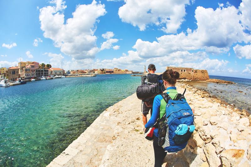 Toeristen op de baai in de oude stad royalty-vrije stock fotografie
