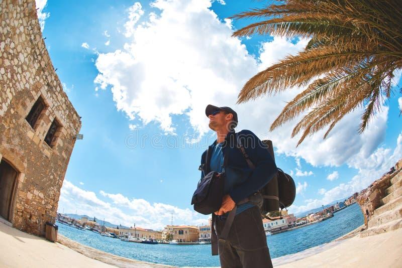 Toeristen op de baai in de oude stad stock foto's