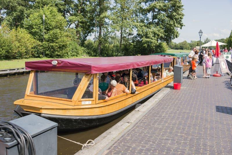 toeristen op de boot in Giethoorn stock foto