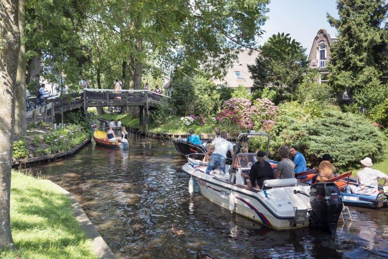 toeristen op de boot in Giethoorn stock foto's