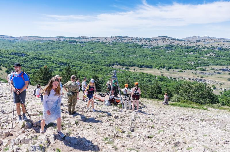Toeristen op de bovenkant van de berg stock foto's