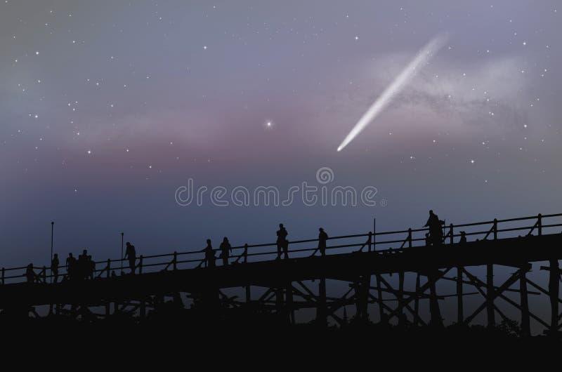 Toeristen op de brug met witte komeet in vroege ochtendhemel royalty-vrije stock afbeelding