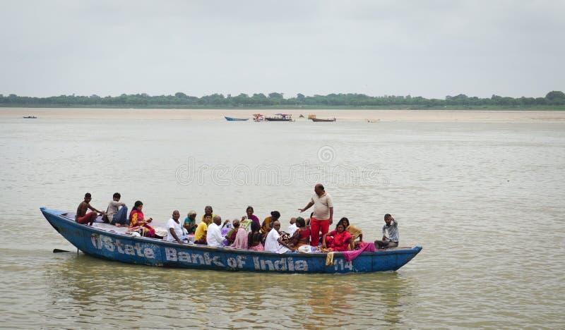 Toeristen op de rivier van Ganges in Varanasi, India stock foto's