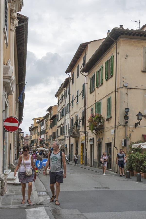 Toeristen op de smalle straten van Pisa royalty-vrije stock fotografie