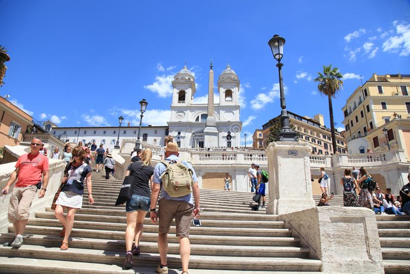 Toeristen op de Spaanse Stappen in Piazza Di Spagna, Rome, Italië stock foto's