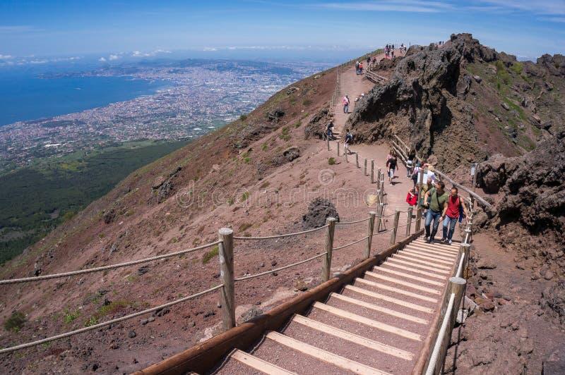 Toeristen op de Vesuvius stock afbeelding