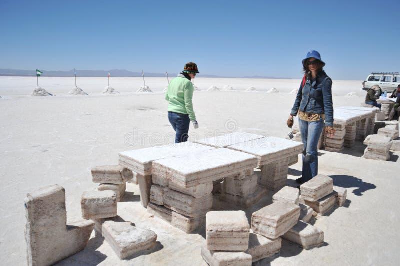 Toeristen op de zoute vlakten van Uyuni royalty-vrije stock foto