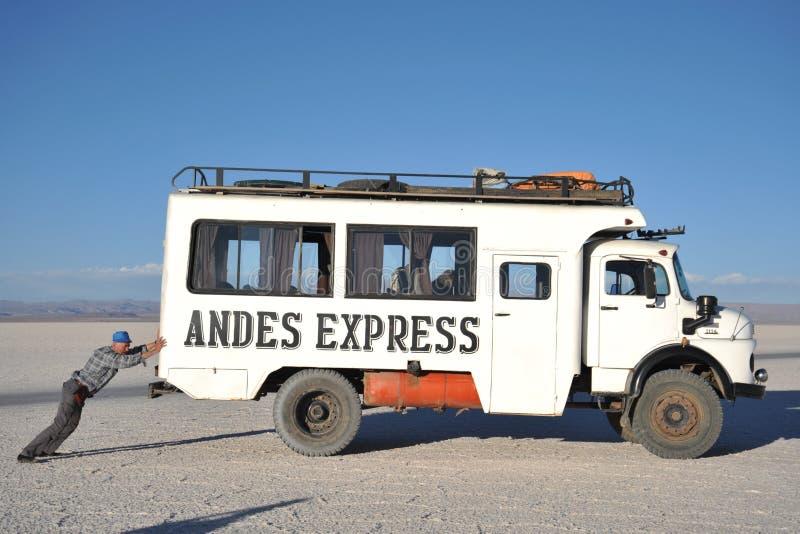Toeristen op de zoute vlakten van Uyuni, opgedroogd zout meer in Altiplano stock afbeelding