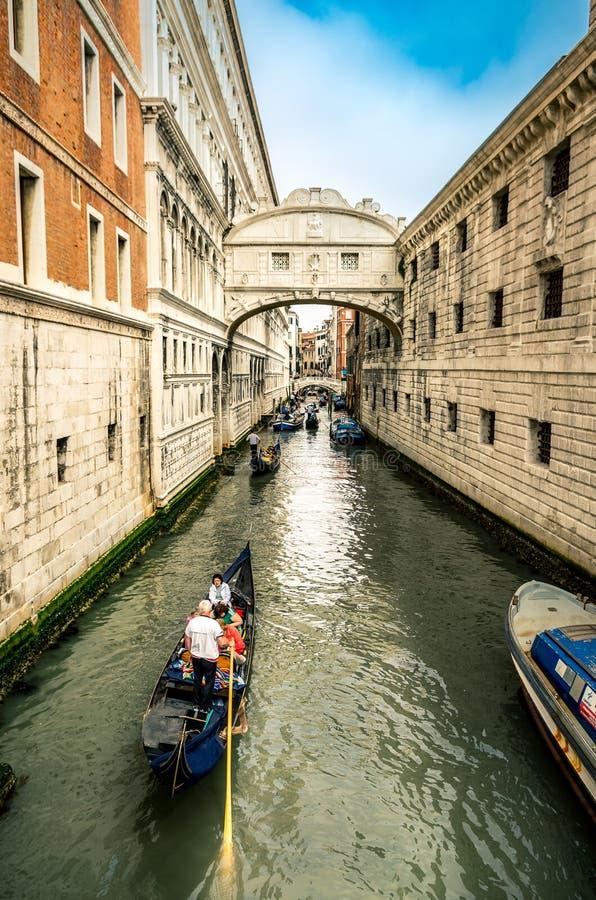 Toeristen op een gondel op het kanaal van Venetië stock afbeeldingen
