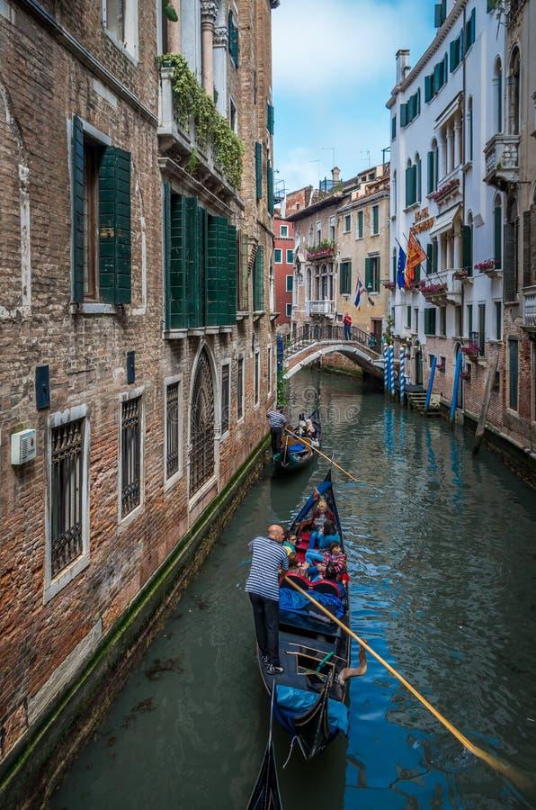 Toeristen op een gondel op het kanaal van Venetië royalty-vrije stock foto