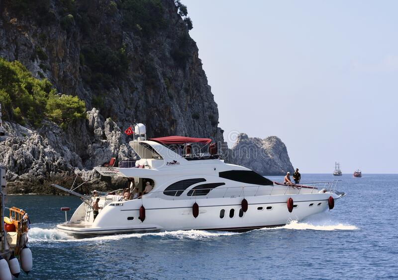Toeristen op een jacht langs de kust van Antalya royalty-vrije stock afbeelding