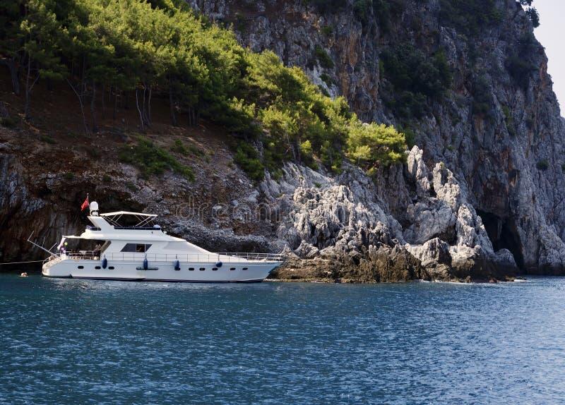 Toeristen op een jacht langs de kust van Antalya stock foto