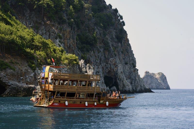 Toeristen op een jacht langs de kust van Antalya royalty-vrije stock foto's