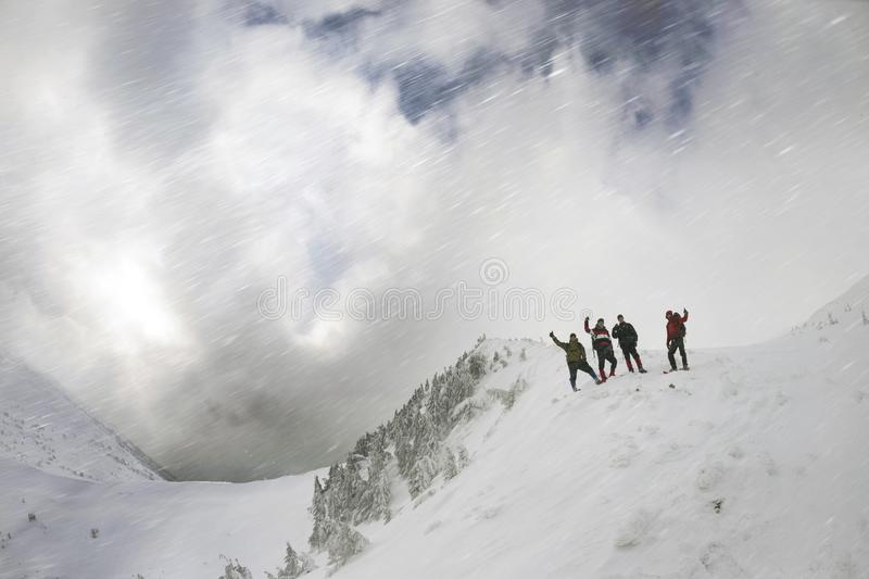 Toeristen op een sneeuwhelling royalty-vrije stock afbeelding