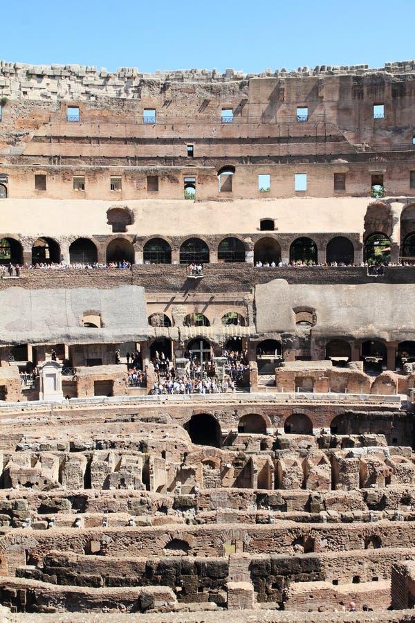 Toeristen op galerij met technische achtergrond van Colosseum stock afbeelding