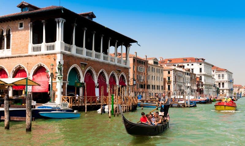 Toeristen op gondel in Venetië, Italië royalty-vrije stock foto