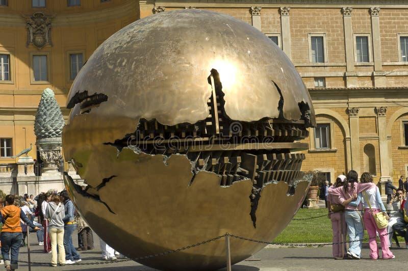 Toeristen op het binnenhof van het museum van Vatikaan stock afbeelding