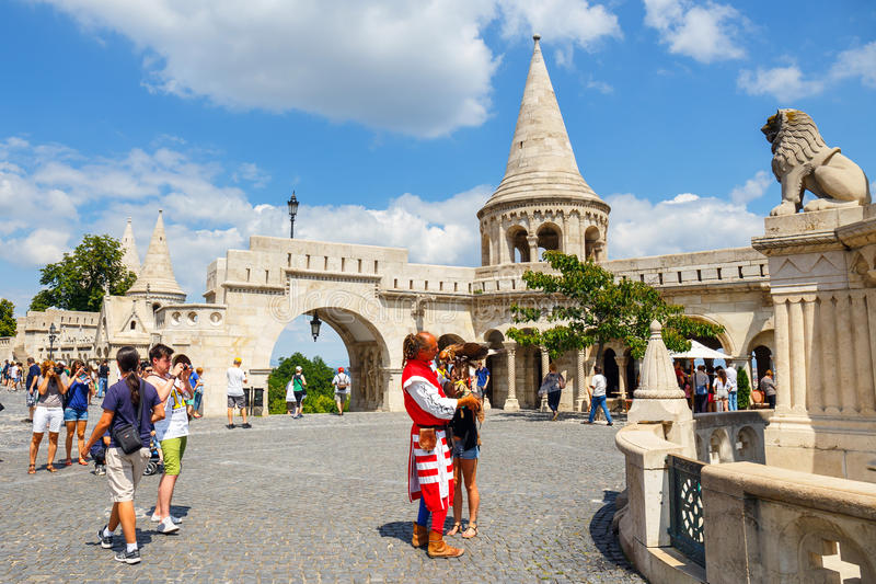 Toeristen op het Drievuldigheidsvierkant dichtbij Vissers` s Bastion in Boedapest, Hongarije royalty-vrije stock foto's