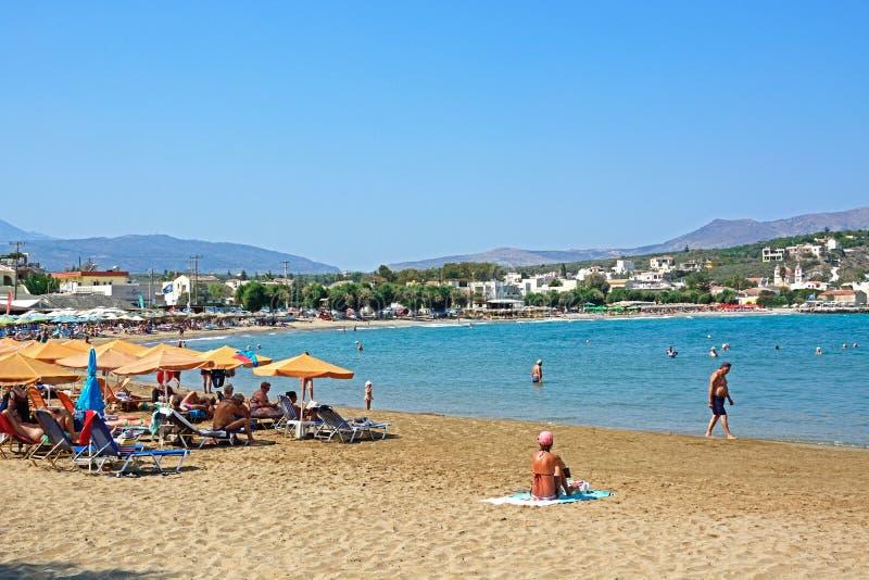 Toeristen op Kalyves-strand, Kreta royalty-vrije stock foto's