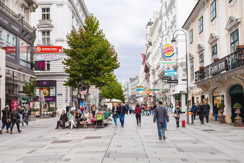 Toeristen op Karntner strasse, Wenen stock fotografie
