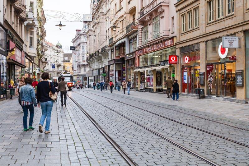 Toeristen op Masarykova-straat in Brno oude stad stock afbeelding