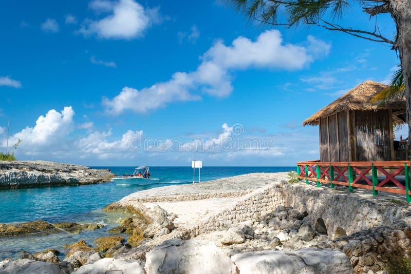 Toeristen op motorboot in de Bahamas stock fotografie