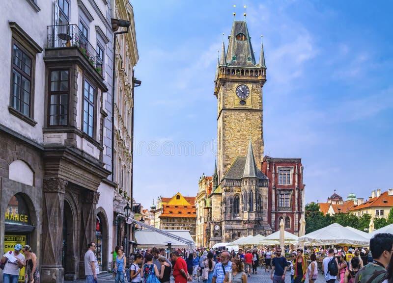Toeristen op Oud Stadsvierkant De mening naar Oude Stadsklokketoren, staart Mesto, Praag royalty-vrije stock afbeelding