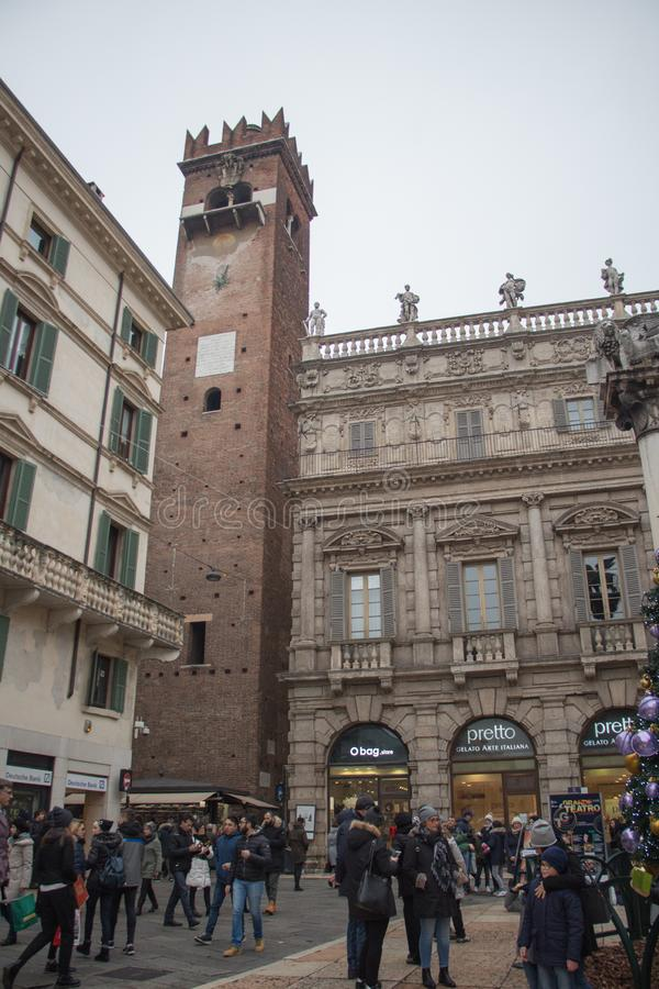 Toeristen op Piazza delle Erbe met Torre del Gardello en Maffei-paleis op achtergrond, Verona, Italië royalty-vrije stock foto