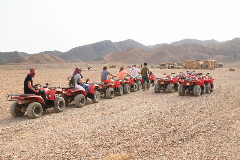 Toeristen op ploegen in woestijn in Marsa Alam stock foto