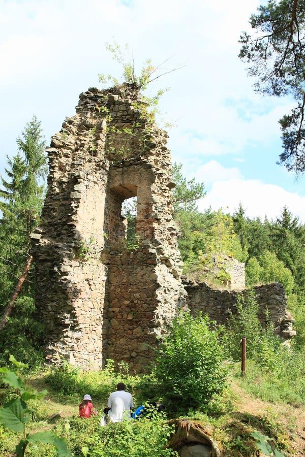 Toeristen op ruïnes van kasteel Louzek royalty-vrije stock foto's